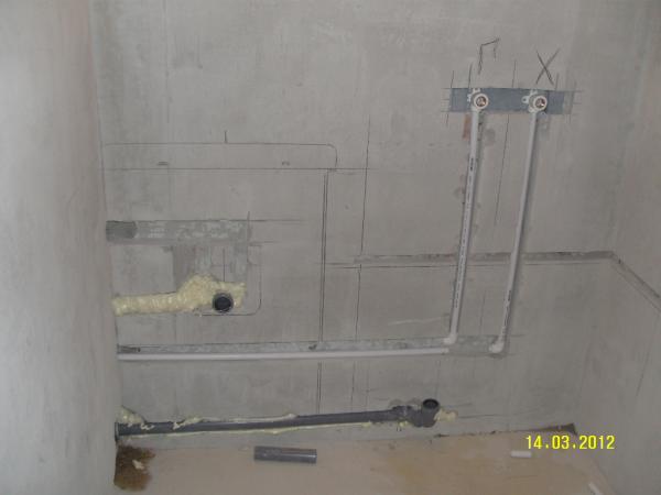 Скрытие труб с помощью отверстия в стене (завершительная стадия работ)