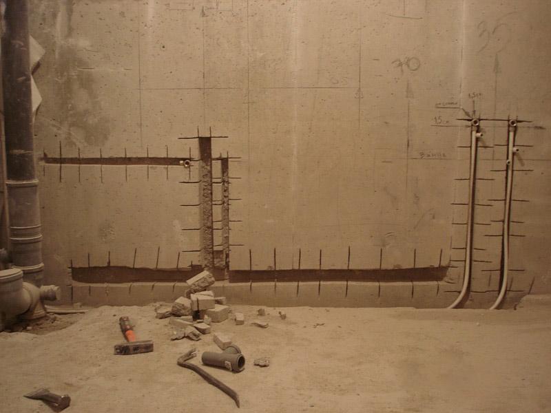 Скрытие труб в ванной комнате с помощью отверстия в стене (начальная стадия работ)
