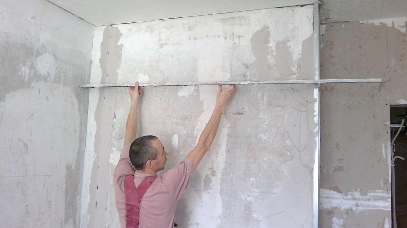 Как шпаклевать стены по маякам своими руками