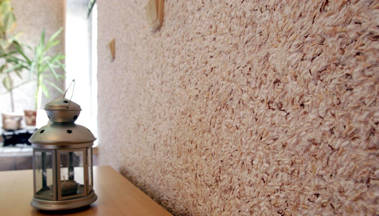 Как наносить жидкие обои на стену и потолок